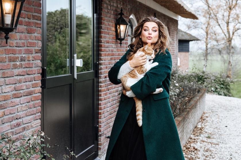 Miljuschka brengt eigen kledinglijn op de markt en hiér kun je haar feestelijke collectie shoppen
