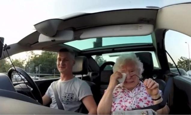 Zien: Oma barst in tranen uit na lieve verrassing van kleinzoon