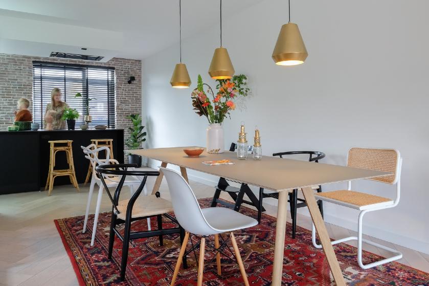 Binnenkijken in Lotte's sfeervolle huis: 'Veel accessoires in ons huis geven me een vakantiegevoel, heerlijk!'