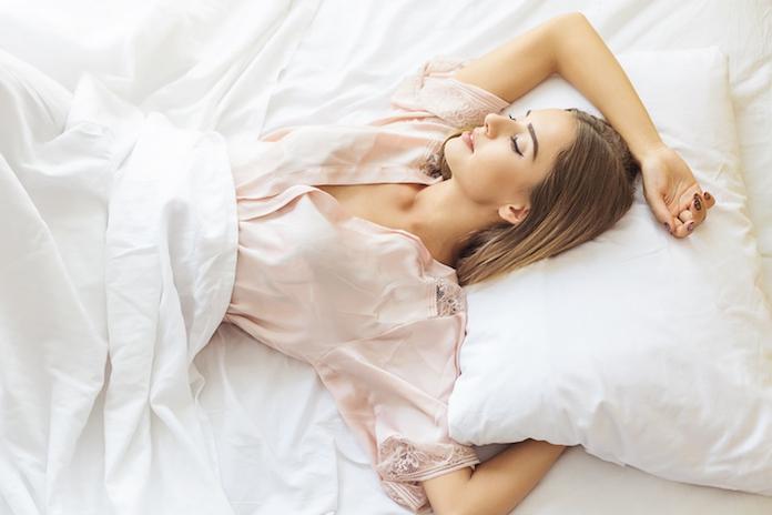 Dankzij dit kussen heb je nooit meer last van muggen in de slaapkamer (en je kunt 'm scoren bij Aldi!)
