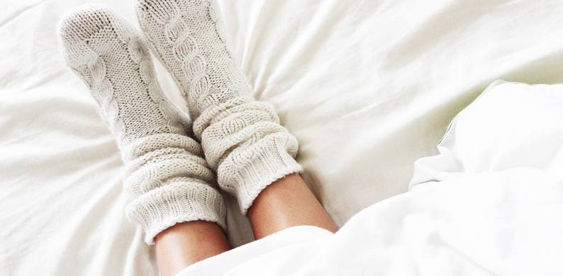 Waarom je met sokken aan zou moeten slapen