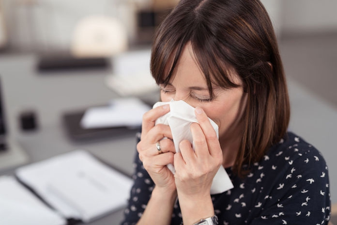 Hoe voorkom je een besmetting door je verkouden collega op kantoor?