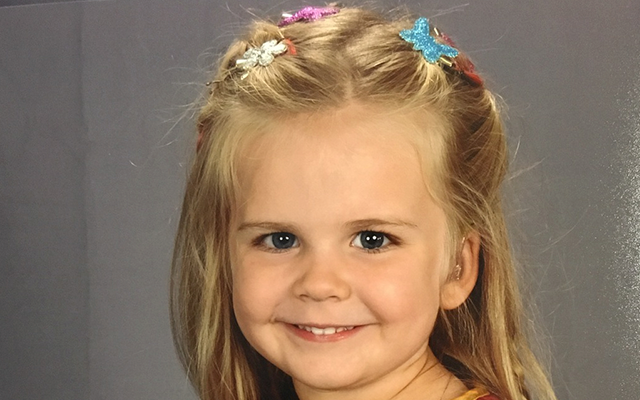 CUTE: dit meisje kiest zelf haar schoolfoto-outfit en het internet wordt gek
