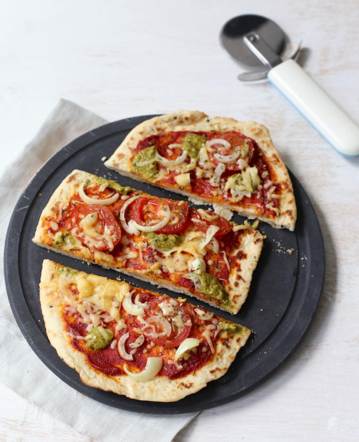 Naanbroodjes met tomaat en pesto
