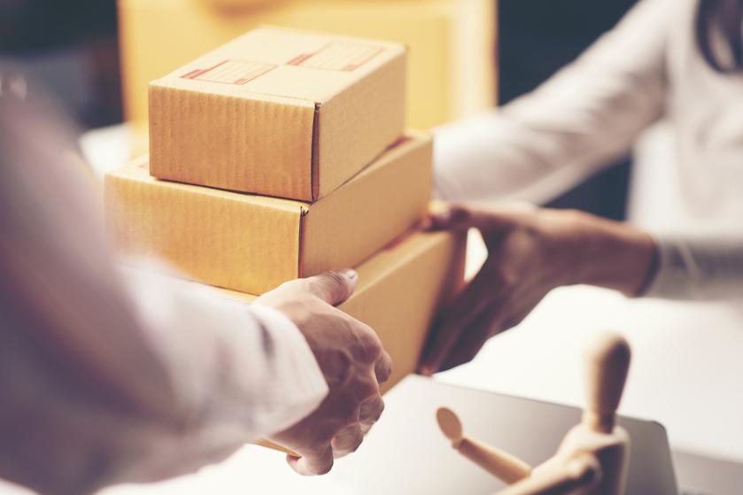 PostNL schroeft prijzen op: pakket sturen én postzegel worden duurder