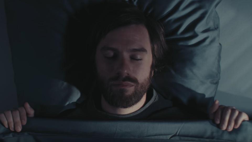 Hilarisch! Deze man zegt de gekste dingen in zijn slaap