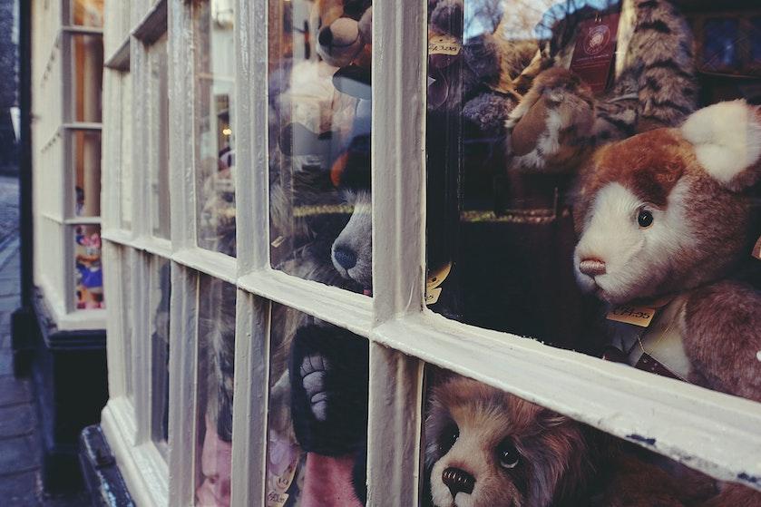Steeds meer teddyberen achter ramen, kinderen op berenjacht