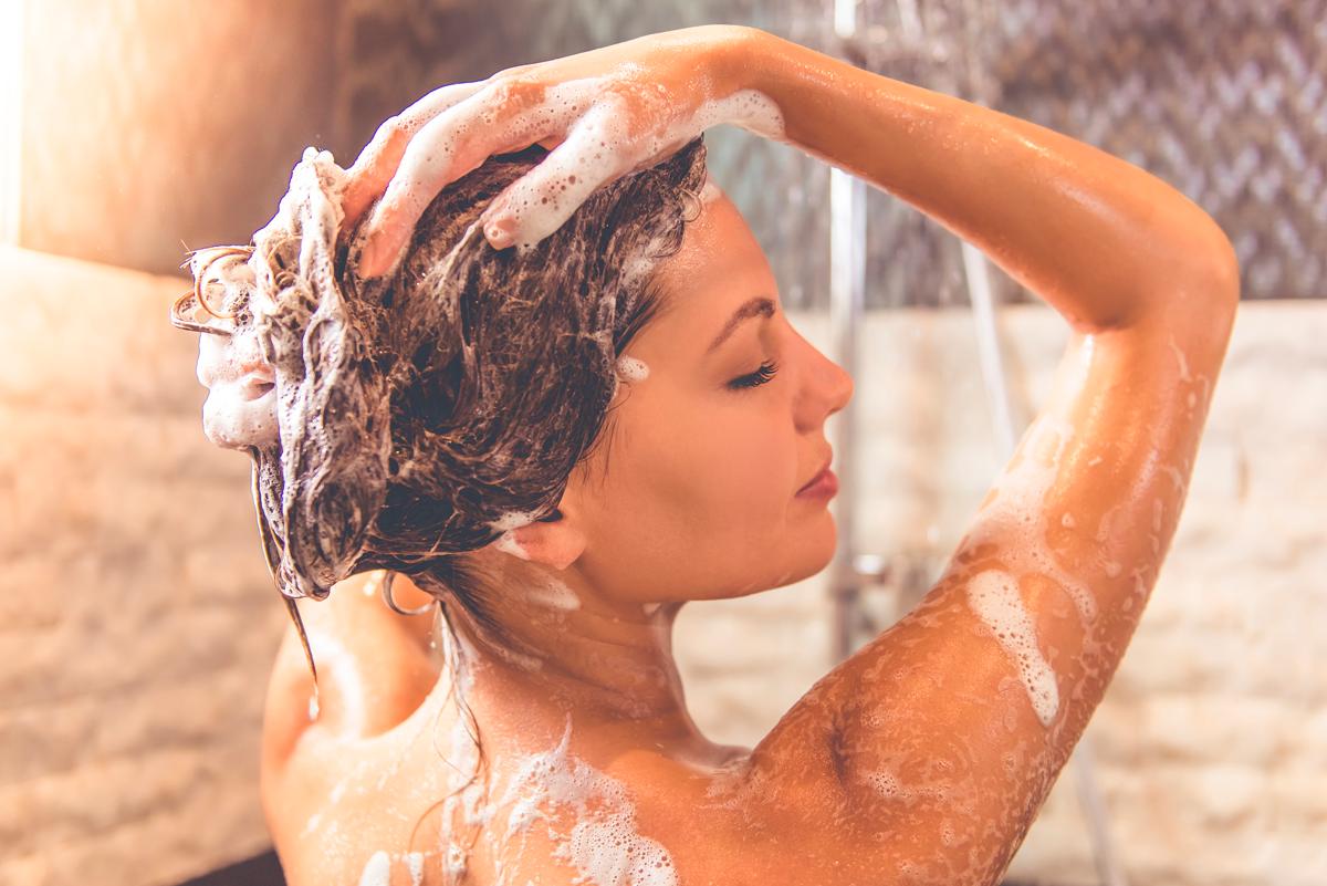 10 fouten die je maakt bij het wassen van je haar