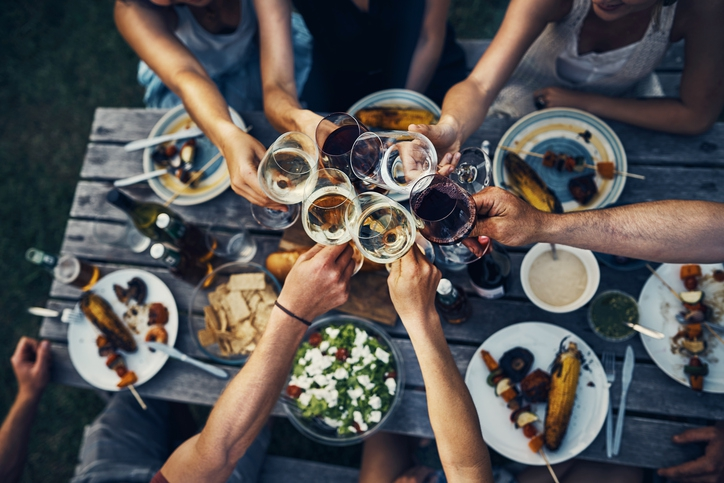 Bewezen: samen een wijntje drinken is goed voor je vriendschap