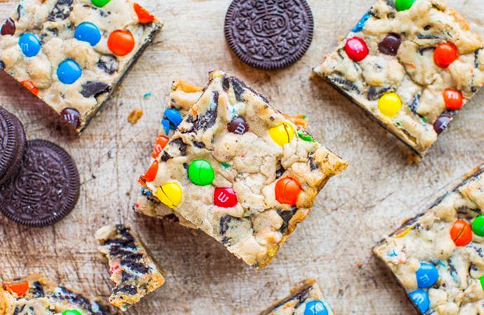 Yummy! Zo maak je de lekkerste M&M's en Oreo cookie bars