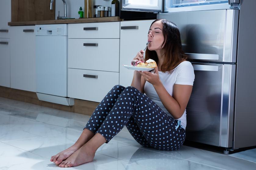 Mara houdt haar eetbuien geheim voor haar vriend: 'Bang dat hij me gaat zien als een vies varken'