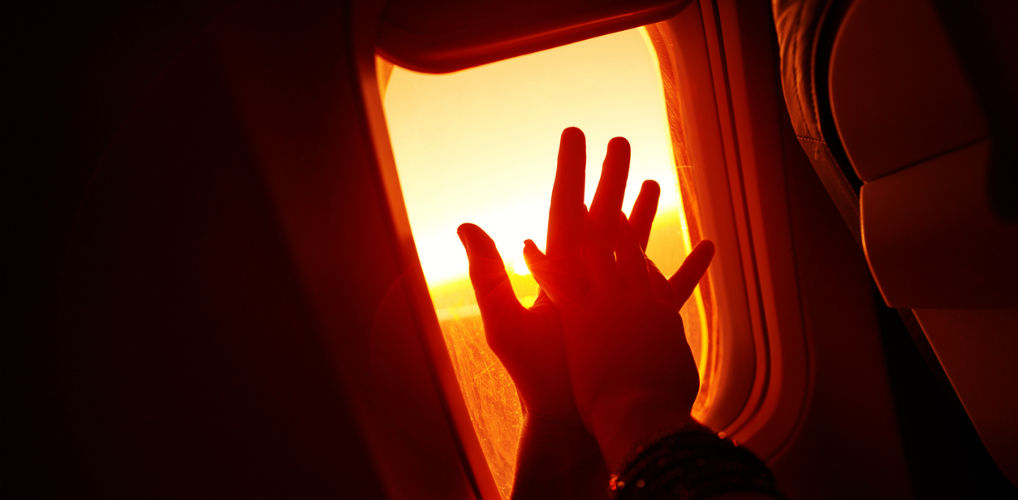 Erotisch verhaal: 'Ik bukte ongemakkelijk in het kleine vliegtuigtoilet en nam zijn groot geschapen pik in mijn mond'