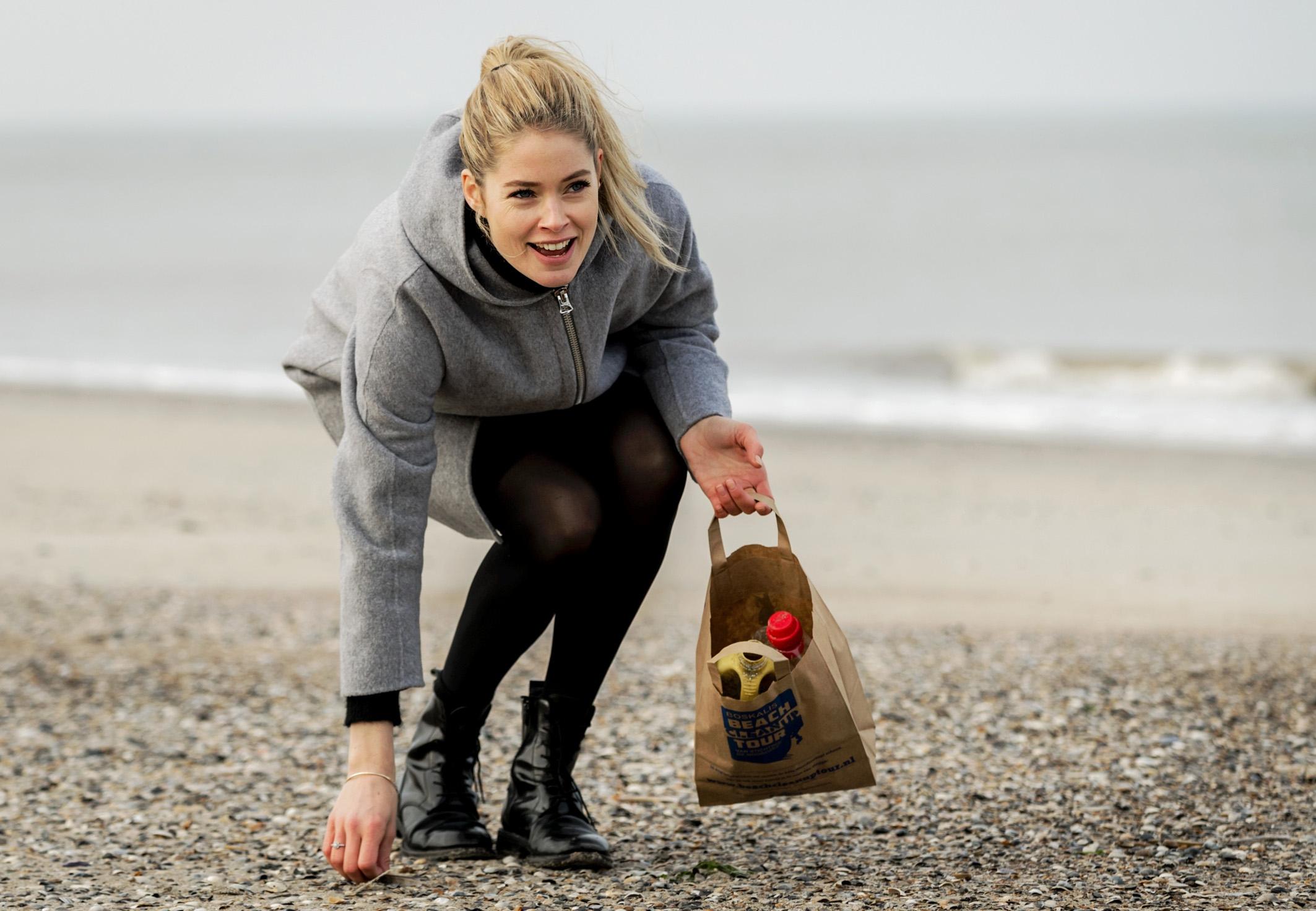 ZIEN: Doutzen Kroes raapt afval op strand van Vlieland