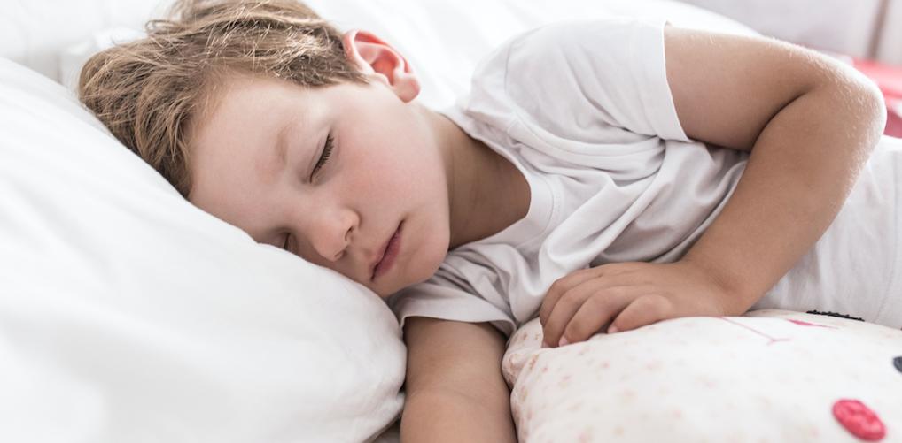 Zo laat je je (jonge) kind het veiligst slapen in een hittegolf