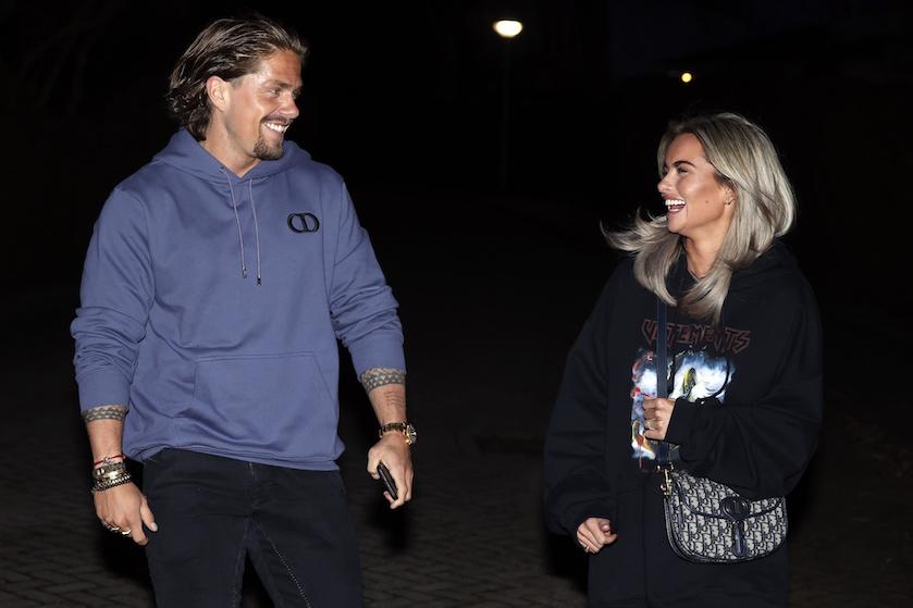 Gevlucht voor de pers en… de coronaregels? André en Sarah stralen op innige Ibiza-foto's