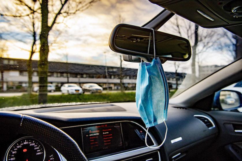 Better safe than sorry: waarom je je mondkapje nóóit aan de binnenspiegel van de auto moet hangen