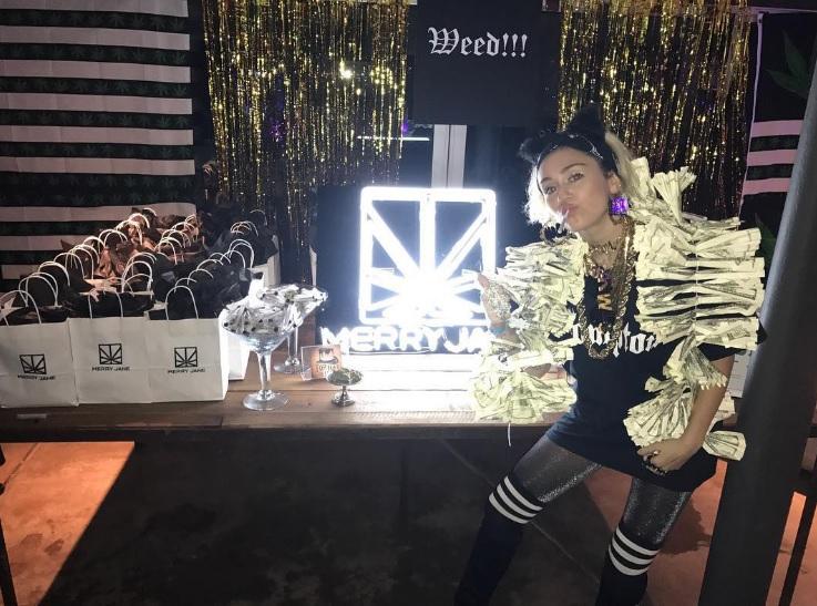 Pizza en Wiet: Miley Cyrus organiseerde verrassingsfeestje voor Liam Hemsworth