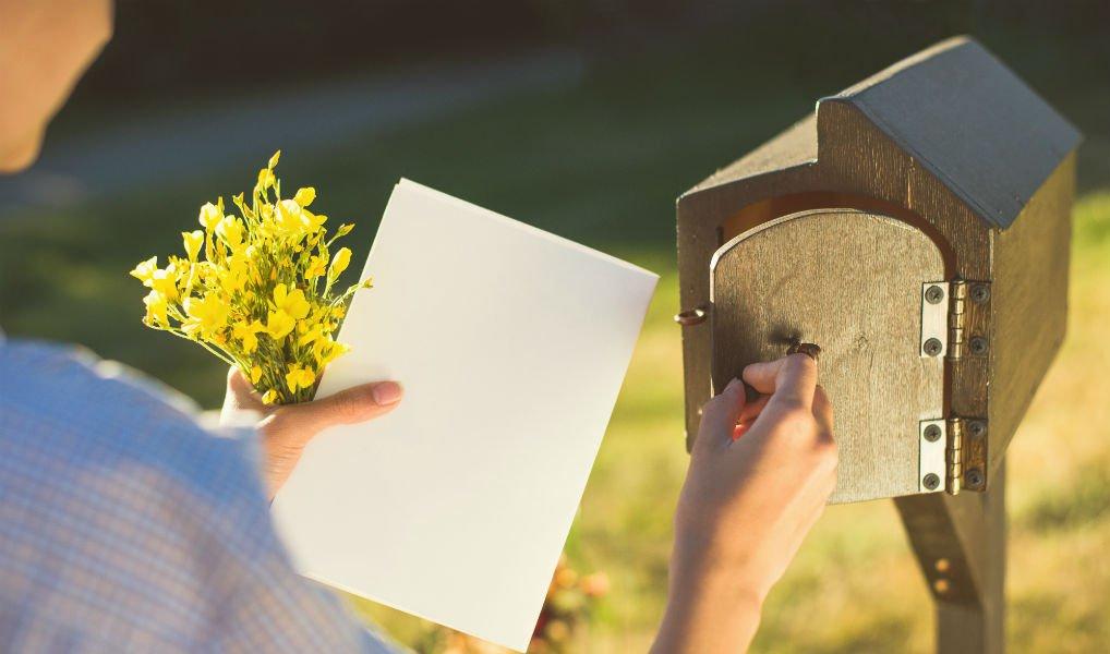 Een maand lang stuurde ik elke dag iemand een kaartje – dít leverde het op