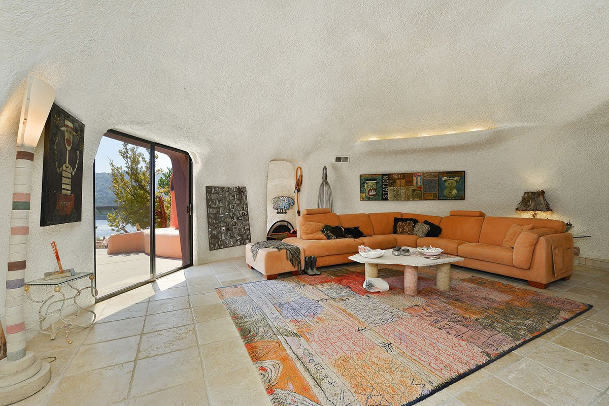 the-color-scheme-inside-even-matches-the-exterior