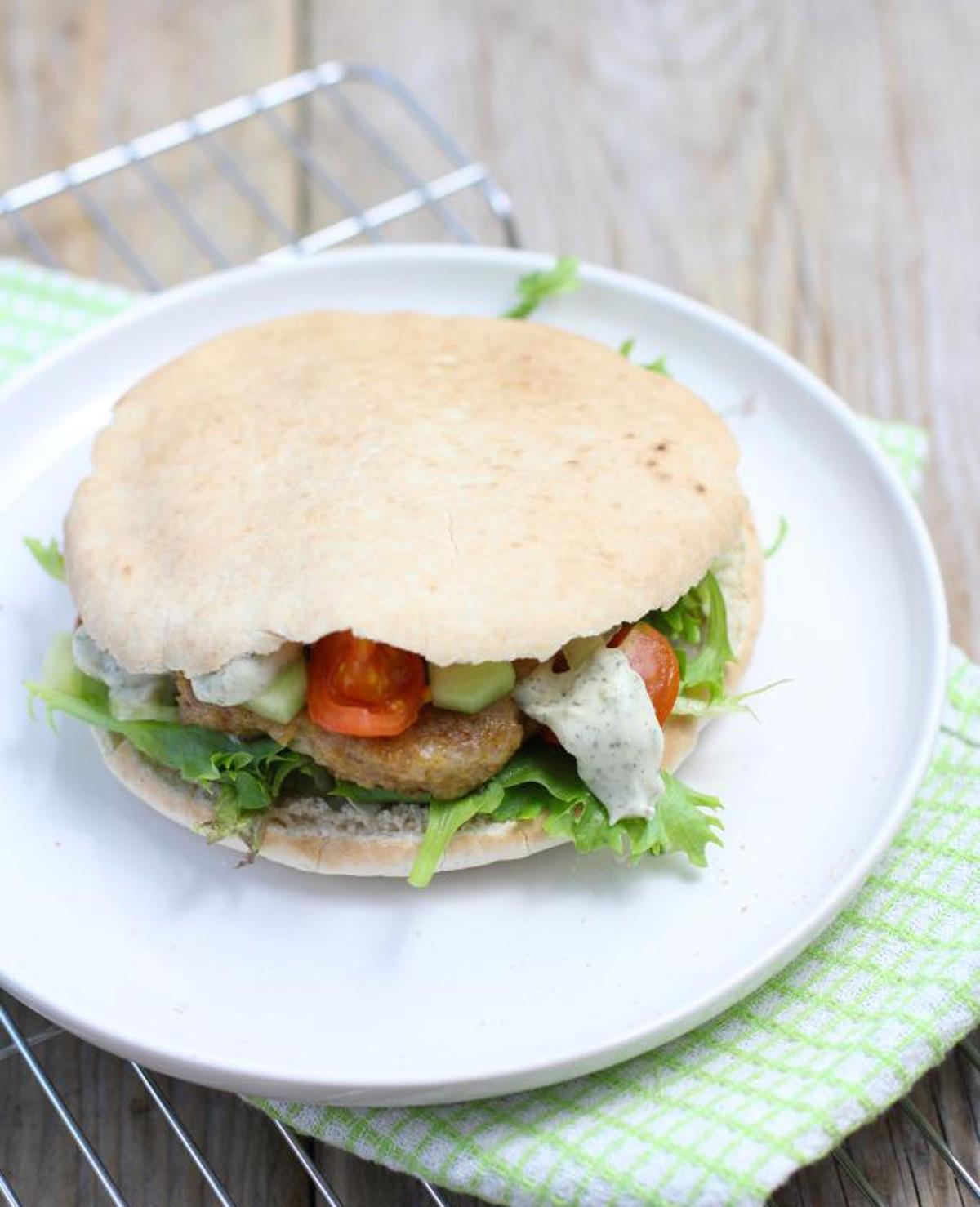 Pitabroodje met zelfgemaakte kipburger
