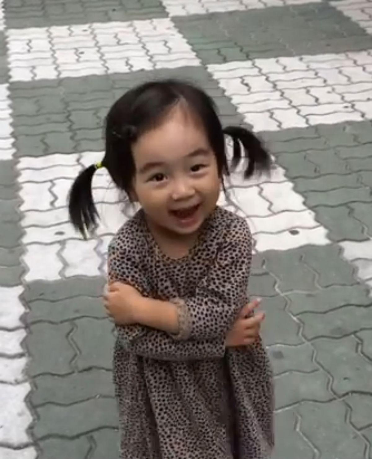 Haar schoenen maken dit meisje wél vrolijk