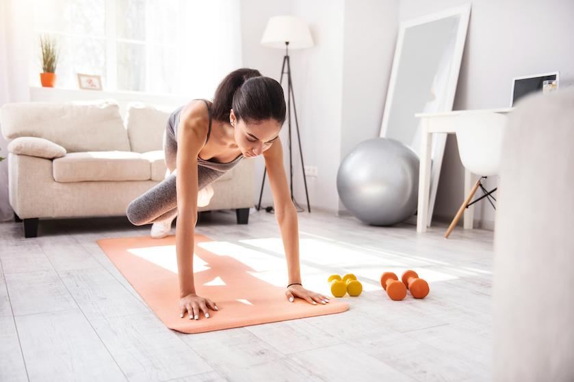 Sportscholen op slot: deze oefeningen doe je gewoon thuis