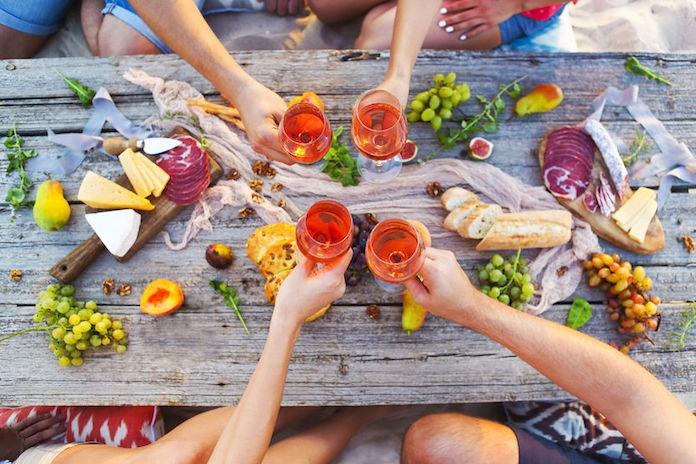 Life hack: zo open je een fles wijn zonder kurkentrekker