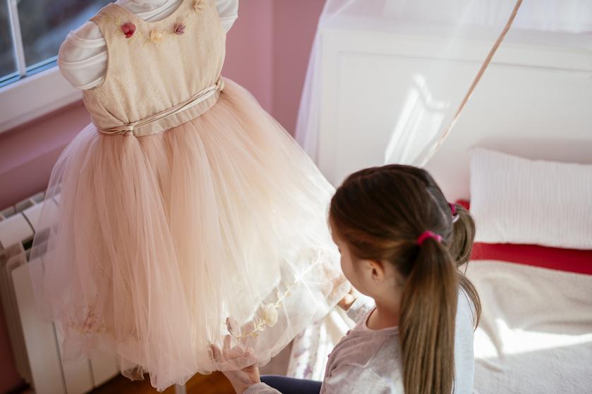 Fantastisch: 9-jarig meisje kopieert outfits van sterren met alledaagse spullen