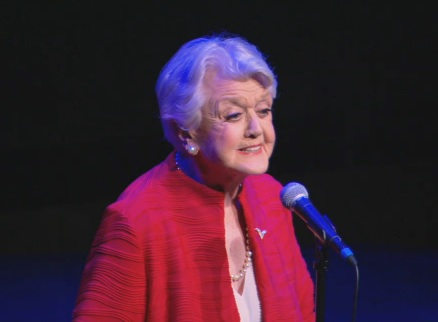 Wow! 91-jarige 'Mevrouw Tuit' zingt het originele Beauty and the Beast-liedje