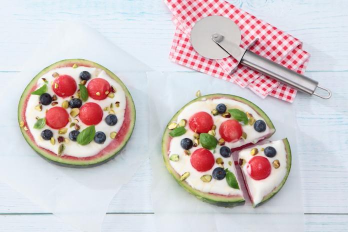 Zomers recept: fruitpizza van watermeloen met yoghurt en honing