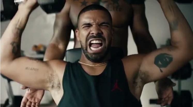 Hilarisch! Drake playbackt op Taylor Swift in nieuwe Apple-reclame