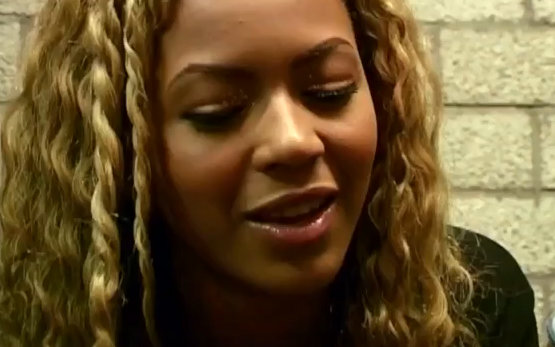 ZIEN: Wát is er gaande met de meiden van Destiny's Child tijdens dit interview?!