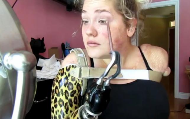 Video: Vrouw zonder armen maakt ontroerende make-up tutorial
