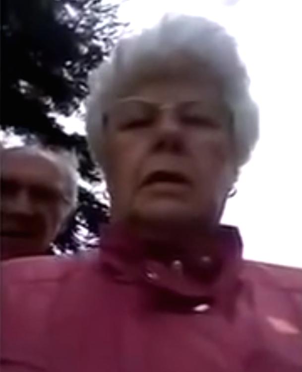 Ouderen stuntelen met het maken van een selfie