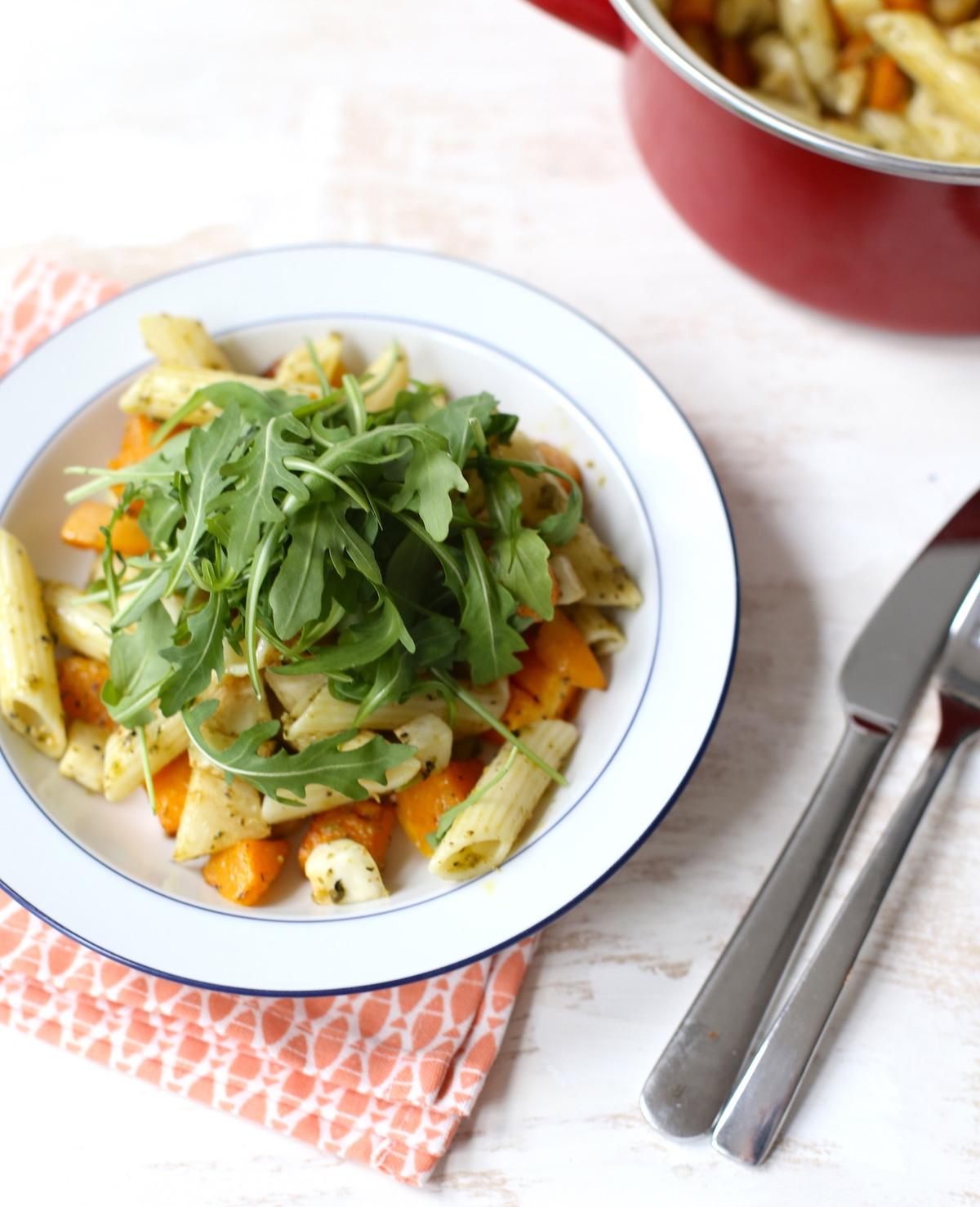 Pasta pesto met geroosterde wintergroenten