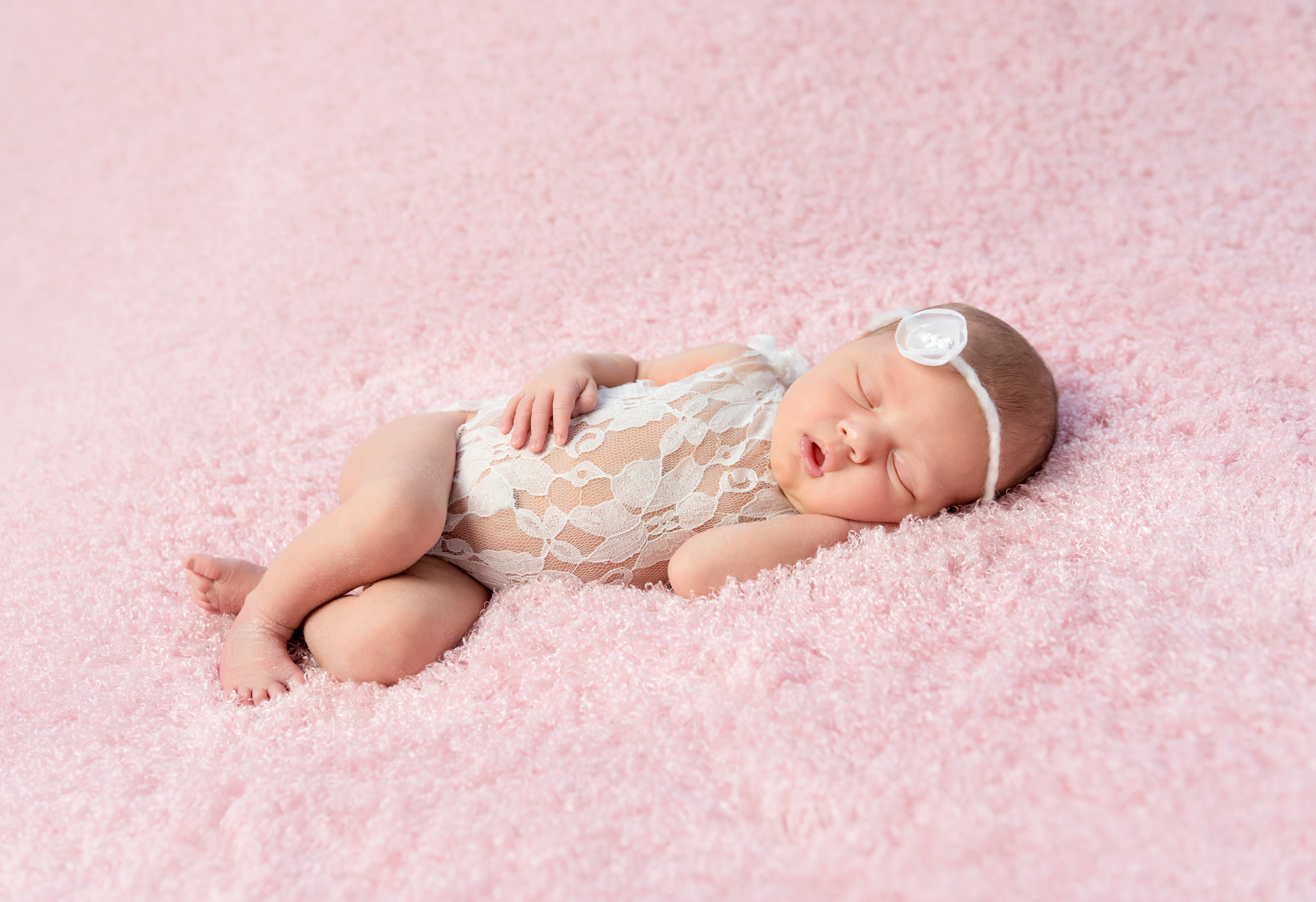 cute smiling newborn baby in wreath sleeps on blanket; Shutterstock ID 412371835; Title: ierse babynamen