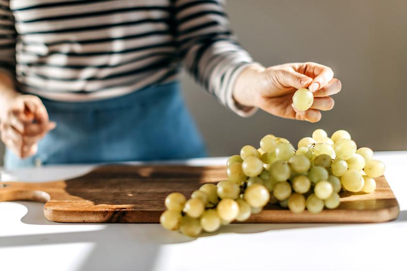 OMG: man vindt vogelspin in bakje druiven van Albert Heijn (en doet er dít mee)