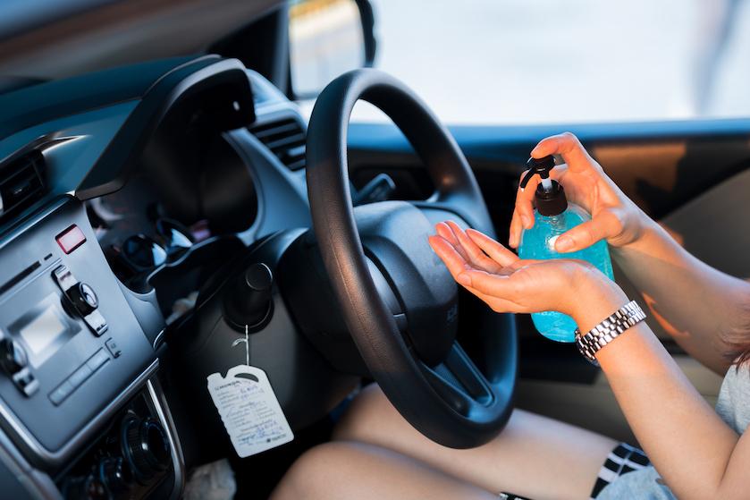 Oppassen geblazen: waarom je desinfecterende handgel nóóit in de auto moet laten liggen