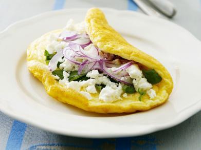Perfect voor een stevige brunch: omelet met feta en rode ui