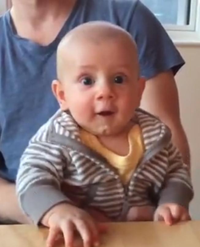 Baby speelt luchtpiano