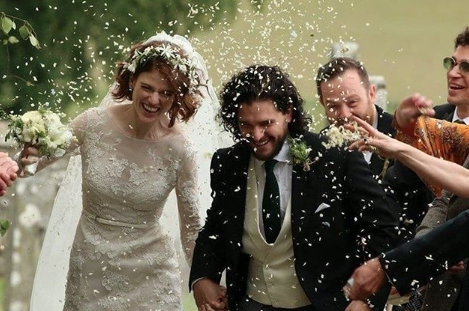 'Game of Thrones'-sterren Kit Harington en Rose Leslie zijn getrouwd en wat droeg zij een práchtige jurk
