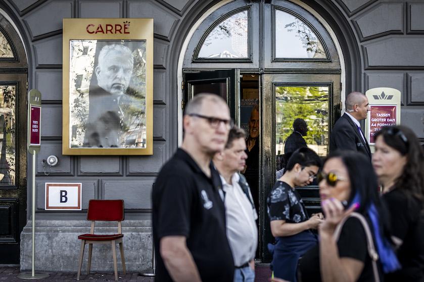 Eerste belangstellenden bij Carré voor afscheid Peter R. de Vries: 'Ik stond er iets na 7.00 uur'