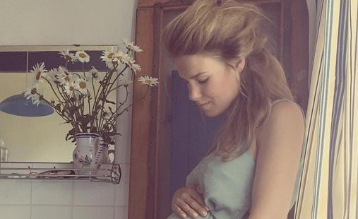 GTST-actrice Inge Schrama doet trucje met babybuik!