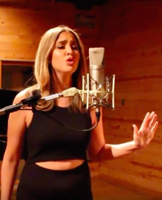 Zangeres zingt 'Hello' van Adele in het Spaans