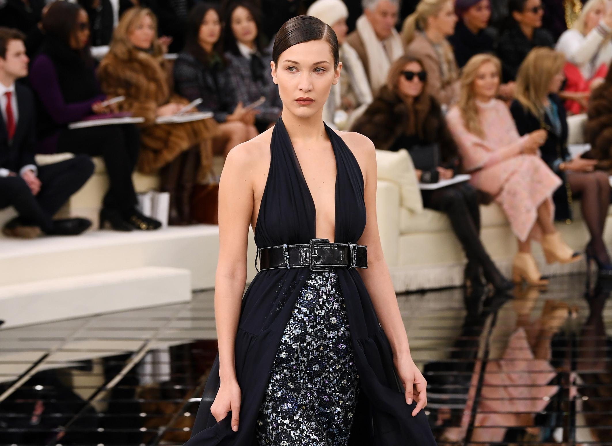 OMG! Bella Hadid toont borsten op Dior-feestje in Parijs