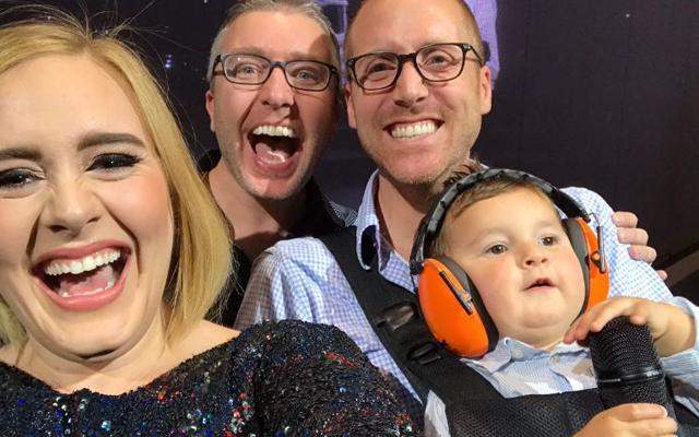 CUTE: Adele nodigt twee vaders en hun baby uit op het podium voor een selfie