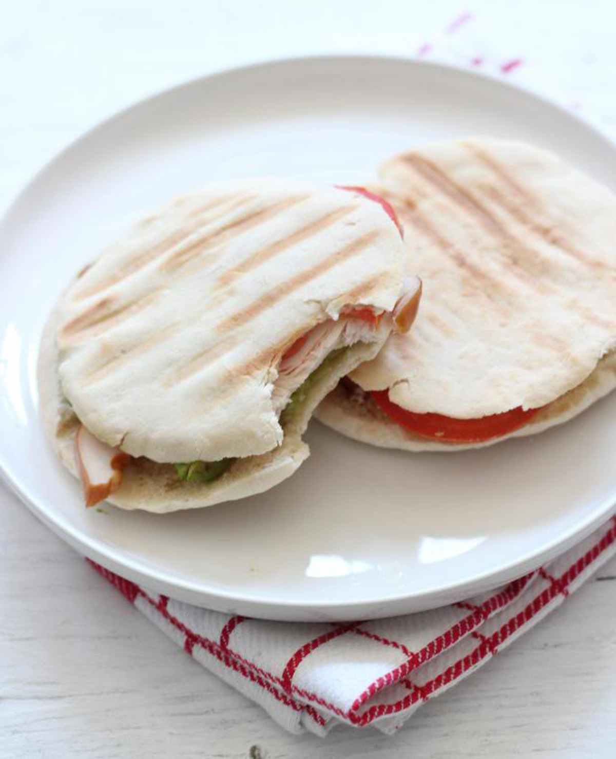 Pita sandwich met avocado, tomaat en kip