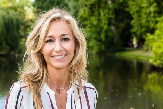 OEPS: Wendy van Dijk vindt eigen wassen beeld spuuglelijk