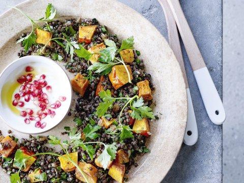 Recept: pompoensalade met linzen en yoghurtdip