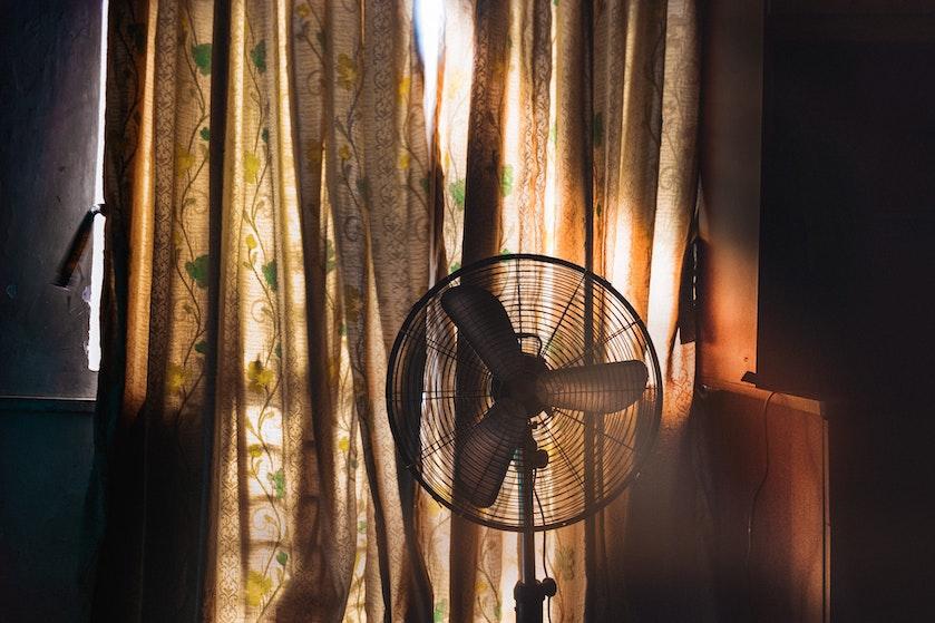 Raar maar waar: op déze plek kun je het beste de ventilator neerzetten in de slaapkamer